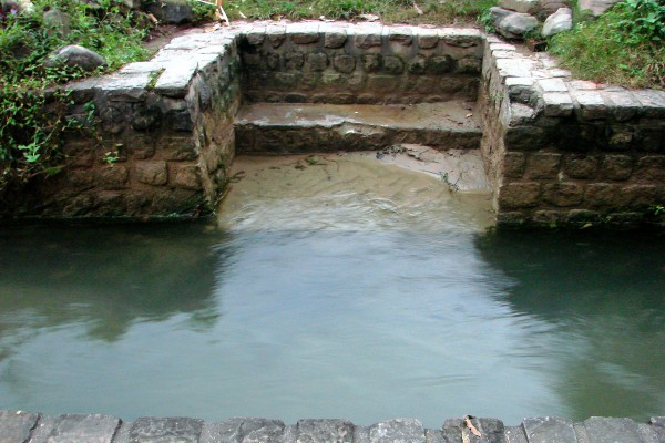 It has small ghats (bathing places) made all along and has three panchakki (water-driven flour mills) along it.
