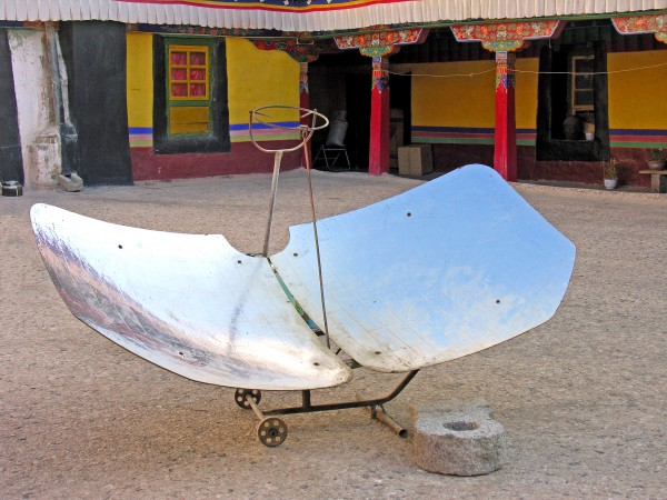 """A common sight on the streets, this """"jugaad""""makes use of solar energy to cook"""